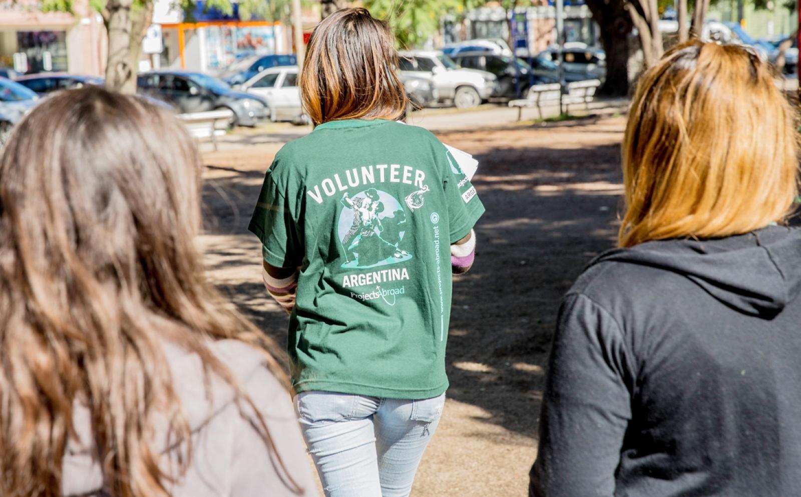 高校生ボランティアがアルゼンチンで人権保護キャンペーン運営に努める